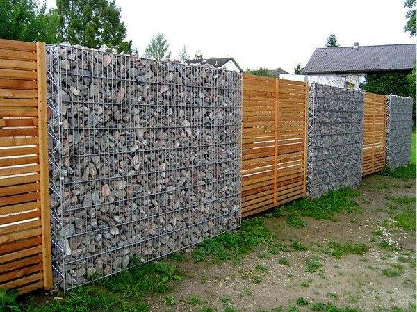 Забор: сетка, камни и доска