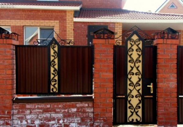 Сочетание фигурного металла и ограды из профлиста