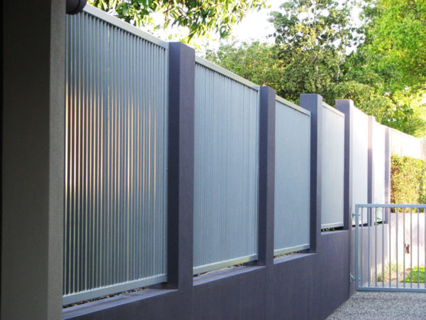 Ограда из профлиста на бетонном основании