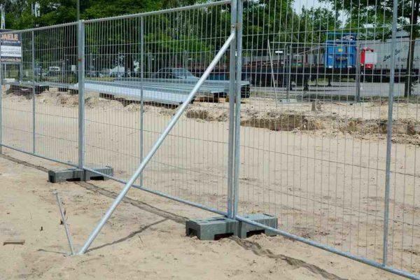 Ограда с подпоркой для устойчивости