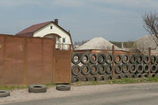 Забор из покрышек на участке