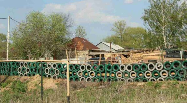 Забор из шин на даче