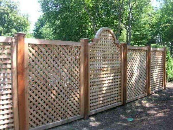 Дизайн ограды из дерева