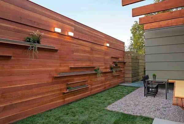Дизайн забора из дерева в сочетании с интерьером двора