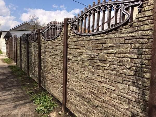 Ограда в городе