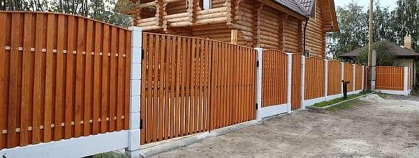 Забор из деревянного штакетника 51 фото монтаж из ДПК и дерева резной горизонтальный и березовый полукруглый штакетник размеры