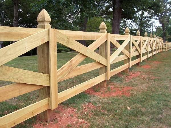 Красивый забор в деревне