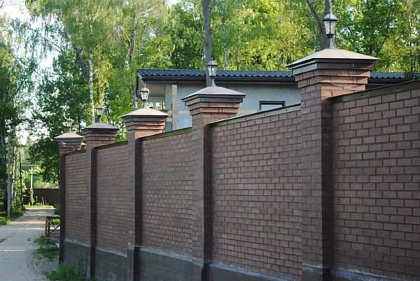 Кирпичная ограда