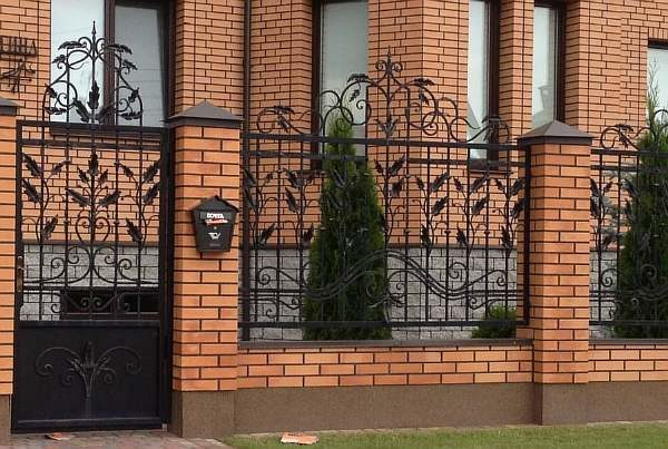 Кирпичный забор на фото