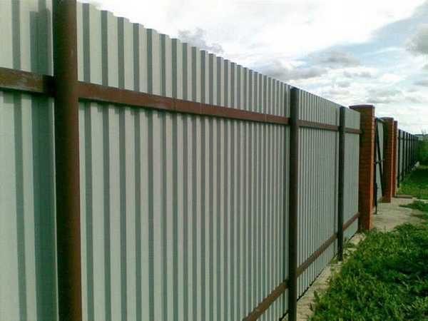 Забор с металлическими столбами