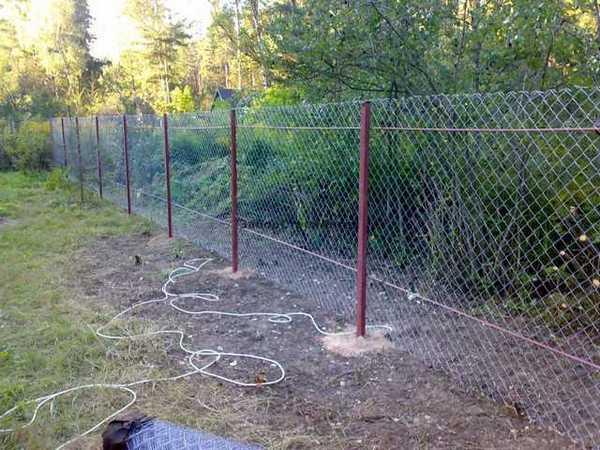 Забор из металлических столбов