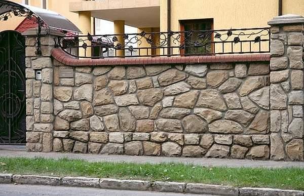 Сочетание кирпича и камня