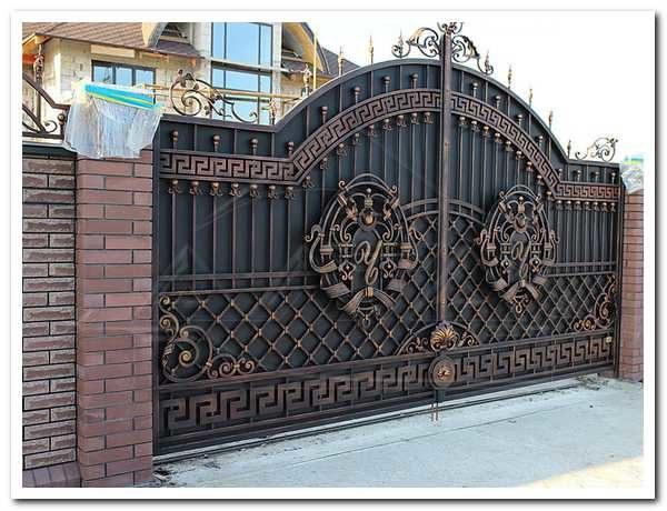 Кованые ворота с вензелями
