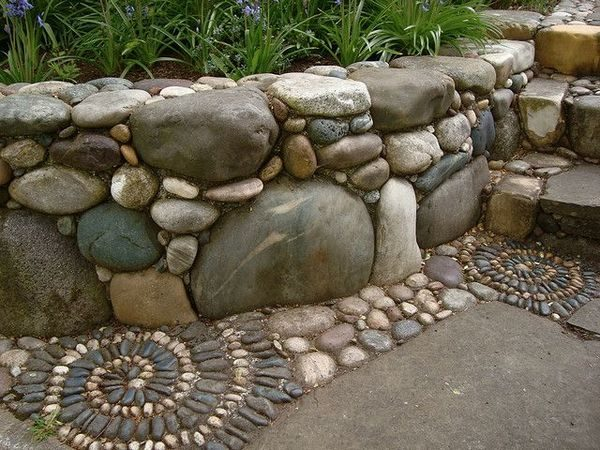 Клумба и камень