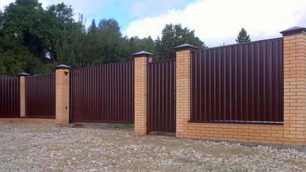 Забор из кирпича и профнастила своими руками: комбинированный