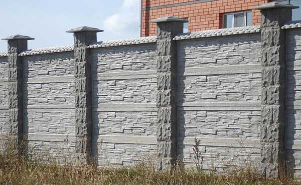 Секционный забор из бетона