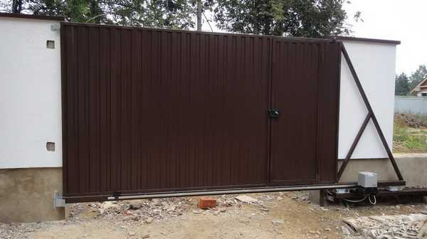 Дверца на воротах