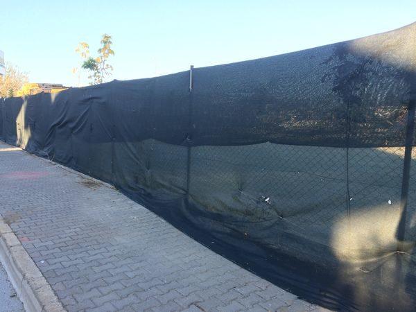 Забор из фасадной сетки