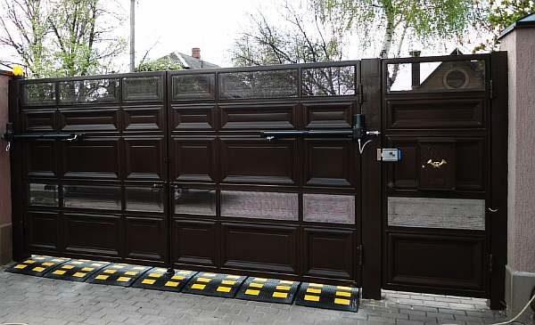 Чем закрыть щель под воротами
