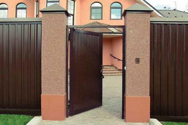 Распашные ворота с калиткой для дачи