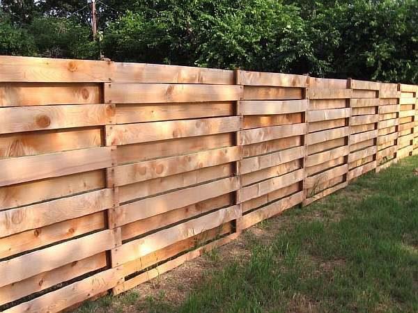 Ограда из европоддонов