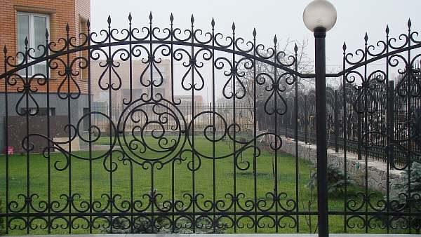 Забор рядом с жилым домом