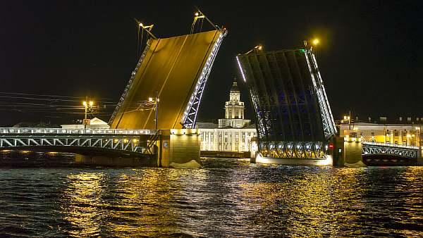 Развод мостов в городе